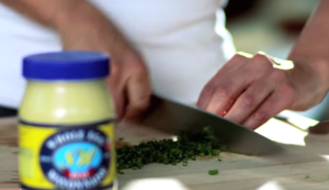 How to make a dip with Mayonnaise Tuna, Avocado and Chives - Dominique chopping chives